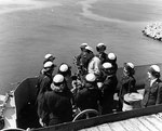 WAVES personnel examining a 20mm anti-aircraft machine gun aboard escort carrier Mission Bay, 20 Aug 1944