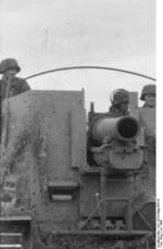 German Waffen-SS troops operating a Grille self-propelled gun in Russia, Jul 1943, photo 2 of 2